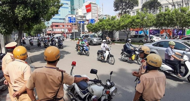 Không mang bằng lái xe máy có bị giữ phương tiện không?