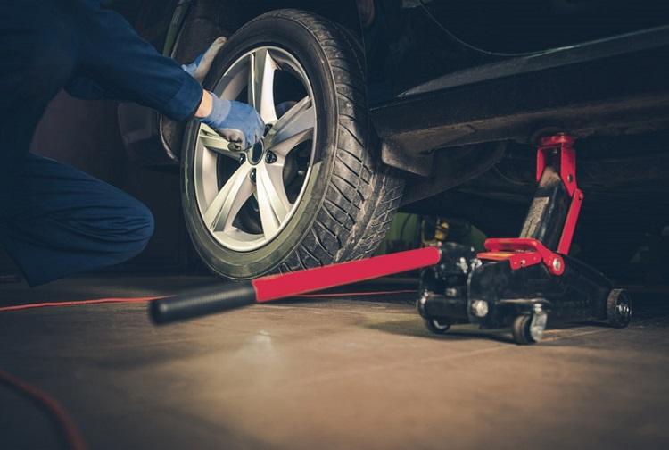 Lốp xe bị hỏng cần kiểm tra để thay kịp thời